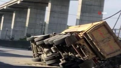 Kağıthane'de moloz yüklü kamyon devrildi