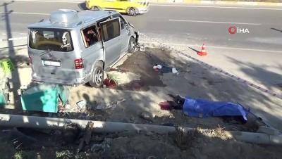 Kontrolden çıkan minibüs kum yığını ve çöp tenekelerine çarptı:1 ölü, 4 yaralı