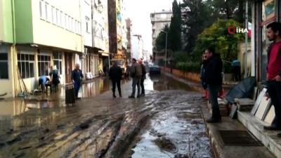 Giresun'da sağanak yağış sonrası yollar göle döndü