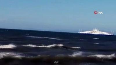 Bozcaada açıklarındaki fırtına gemilere rota değiştirtti