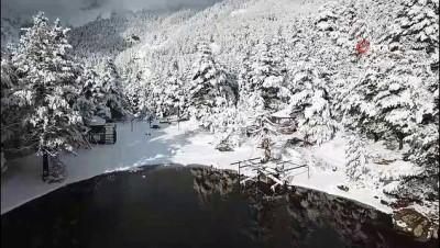 Doğa harikası Limni Gölü kar manzarasıyla hayran bıraktı