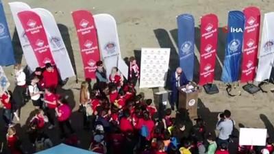 Mersin'de öğrenciler sahil temizliği yaptı