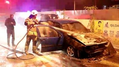 Park halindeki otomobili yanarken bagajdaki malzemeleri kurtarmaya çalıştı - İZMİR