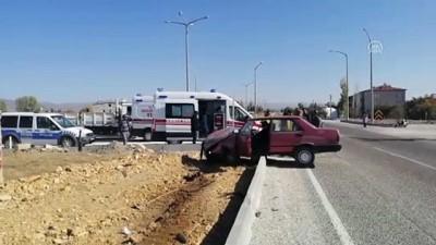 Şarkikaraağaç'ta otomobil refüje çarptı: 2 yaralı - ISPARTA