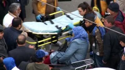 Ayağı otomobil ile motosiklet arasında sıkışan kadın dakikalarca kurtarılmayı bekledi