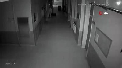 Okula giren hırsız, dışarıdan görünmemek için emekleyerek üst kata çıktığı anlar kamerada