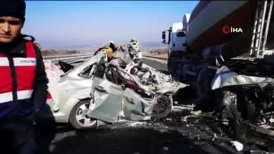 Otomobil, beton mikserine çarptı: 2 ölü