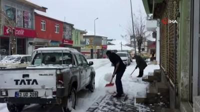 Karlıova'da gece saatlerinde başlayan kar yağışı ilçeyi beyaza bürüdü