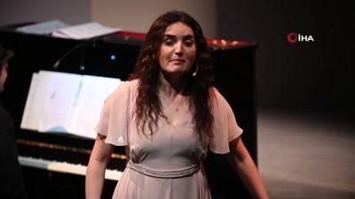 - Ünlü Türk sanatçıdan ABD'de yabancı dilde müzikal - Fadik Sevin Atasoy, The Muse müzikaliyle dakikalarca ayakta alkışlandı