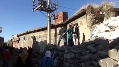 Diyarbakır'da mahalle sakinleri, çevik kuvvet ekibine 'tarihi' taşlarla saldırdı