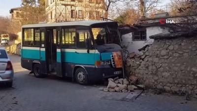 Kontrolden çıkan minibüs evin duvarına çarptı: 2 yaralı