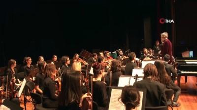 Orkestra şefi olan belediye başkanı heyecanlanınca renkli görüntüler oluştu