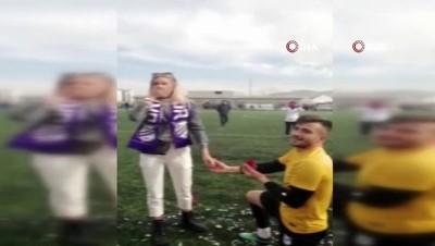 futbol maci - Yeşil sahada evlilik teklifi