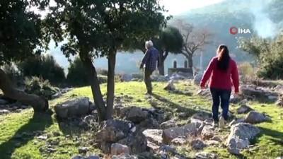 Tarihi mezarlıkta köstebek yuvasını andıran görüntüler