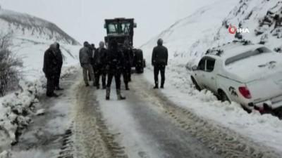 Bingöl'de kar yağışı etkili oldu, kara saplanan aracı ekipler kurtardı