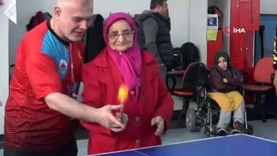 Her şey torunu için...Yaşlı kadın her gün 12 kilometre yol kat edip engelli torununu spora götürüyor