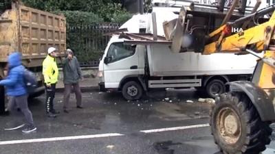 Kamyonda taşınan sac yol kenarındaki kamyonete ok gibi saplandı