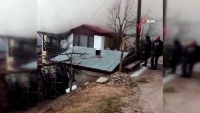 Köyde korkutan yangın...Bir ev kullanılamaz hale geldi