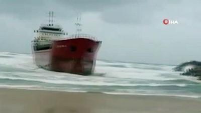 - İsrail'de ticari kargo gemisi kıyıya sürüklendi