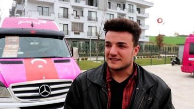 Minibüsüne kanserle mücadelesiyle tanınan Neslican'ın sözünü yazdı, vatandaştan övgüler topladı