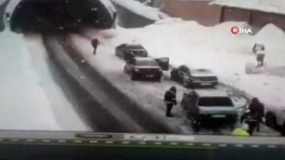 Dehşet anları kamerada...Kayganlaşan yolda bekleyenlere ve araçlara böyle çarptı