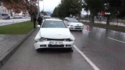 Isparta'da aynı yönde seyreden otomobil, hafif ticari araca arkadan çarptı: 2 yaralı