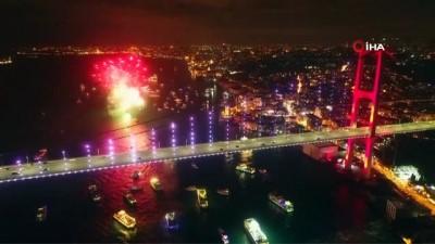15 Temmuz Şehitler Köprüsü'nde yılbaşı coşkusu havadan görüntülendi