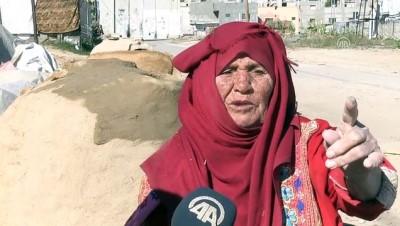 Gazzeli ninenin emektar elleri, ekmeğini çamurdan çıkarıyor - HAN YUNUS