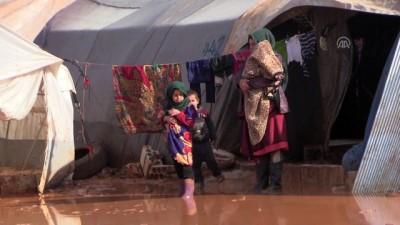 İdlib'de su ve çamur altında kalan kamp, yardım bekliyor - (DRON)