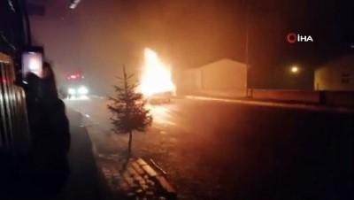 Aracın motorundan sesler geldiğini fark etti, park ettiği otomobil alev alev yandı