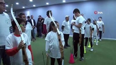 Çocuklarıyla birlikte şampiyonluk için ok attılar