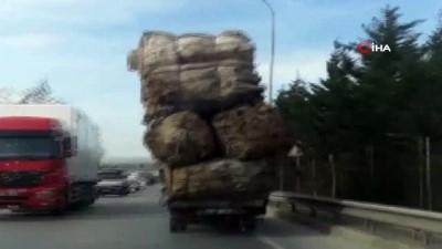 Aşırı yüklü kamyonun trafikte tehlike saçtığı anlar kamerada