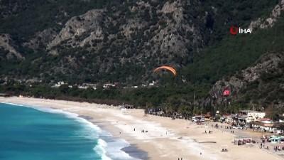 Fethiye'de şubat ayında sıcak havayı fırsat bilen vatandaşlar sahile koştu