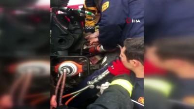 Araçta sıkışan yaralıyı AKS ekipleri kurtardı