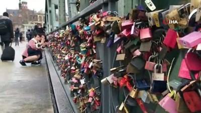 finans merkezi -  Aşıklar köprüyü kilitledi - Frankfurt'ta Sevgililer Günü öncesinde kilit çılgınlığı