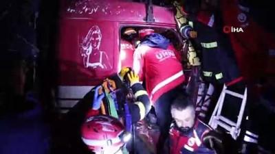 ilk mudahale -  13 aracın karıştığı zincirleme kazada, sıkışan kamyon sürücüsü 3 saat sonunda kurtarıldı
