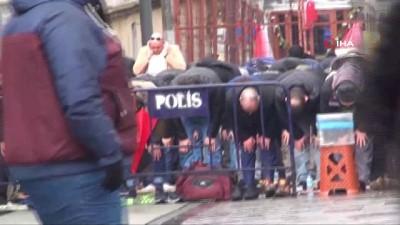 Taksim'de mescitte yer bulamayan vatandaşlar yağmur altında Cuma namazı kıldı