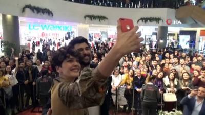 'Bir Aşk İki Hayat'ın İzmir galasında başrol oyuncuları Bergüzar Korel ve Engin Akyürek sevgi seli ile karşılandı