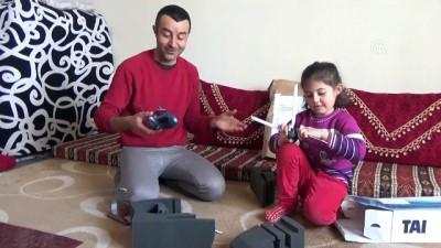 helikopter - Yüksekovalı inşaat işçisi Karahan'a helikopter maketi hediyesi - HAKKARİ