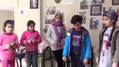 ogretmenlik - Üniversiteli gönüllüler, Suriyeli çocukları oyunlarla eğitiyor - İZMİR
