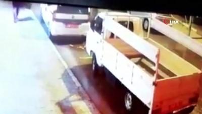 kamera -  Kendi kendine hareket eden kamyonet 2 araca çarptı