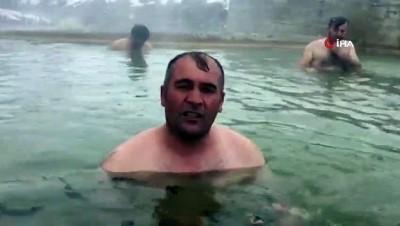 Soğuk havada sıcak suyun keyfini çıkartıyorlar