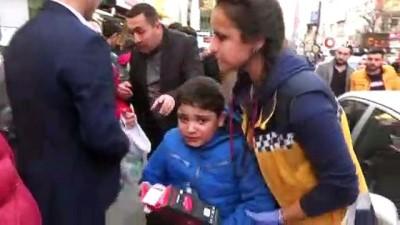 Annesinin yanından ayrılan küçük çocuğa ticari taksi çarptı