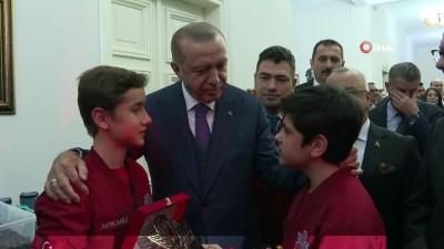 Cumhurbaşkanı Erdoğan, öğrencilerin projelerini inceledi