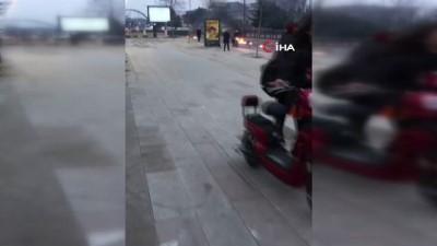 Kaza yapan motosiklet alev alev yandı
