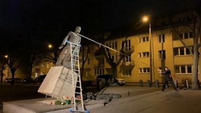 Polonya: Kilisede çocuk istismarını protesto için rahip heykelini söktüler