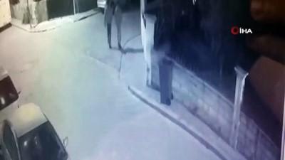 guvenlik kamerasi -  Park halindeki otomobilin lastiğini bıçakladılar