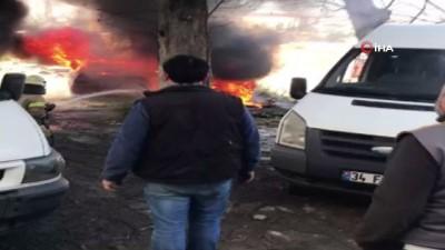 hurda arac -  Göztepe'de iki hurda araç alev alev yandı