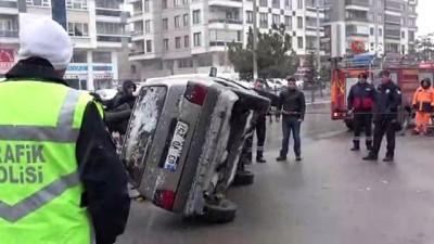 Takla atan otomobili polis ekipleri kendi imkanlarıyla düzeltti