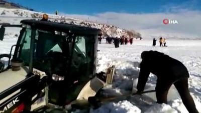 Çıldır Gölü yüzeyindeki buz kırıldı, iş makinesi sulara gömüldü